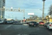 В Екатеринбурге фура рассыпала трубы по дороге и заблокировала движение в сторону Верхней Пышмы