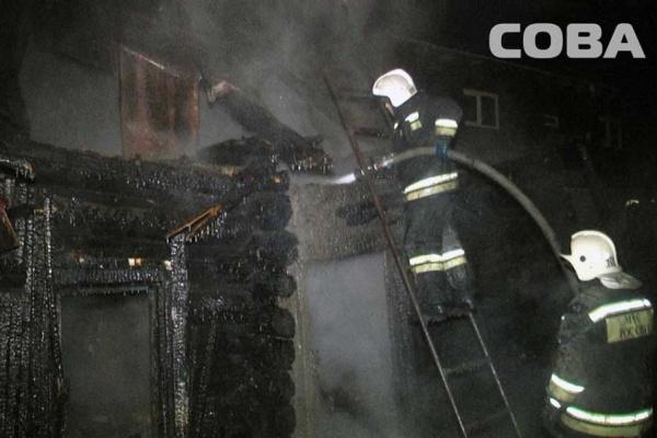 В Екатеринбурге в цыганском поселке сгорел частный дом