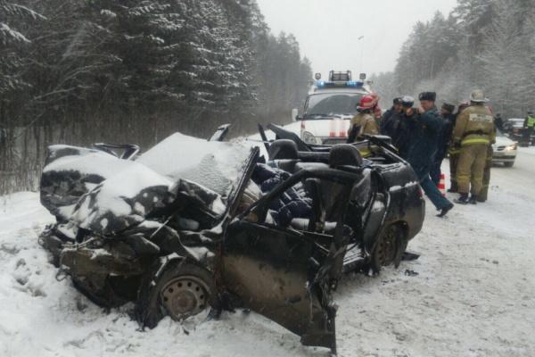 На Тюменском тракте автоледи, не удержавшая автомобиль в полосе, отправила на тот свет трех человек. ФОТО