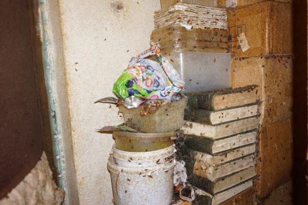 «Все завалено мусором, на стенах мухи и тараканы». Газовики, приставы и полицейские спустя полгода попали в квартиру, из-за которой жильцы дома сидят без газа. ФОТО