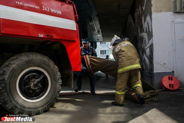 В центре Екатеринбурга пожарные тушили огромную кучу мусора