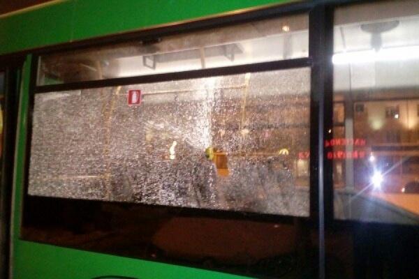 В Екатеринбурге хулиганы разбили стекла в автобусе, который стоял на конечной остановке