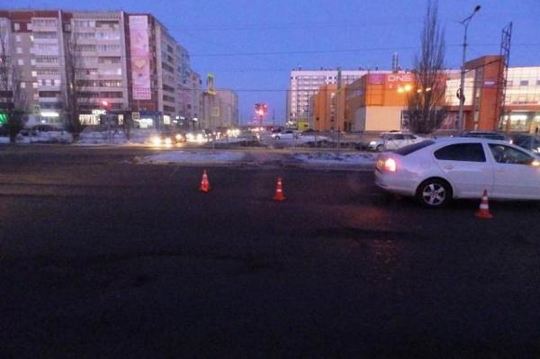 В Екатеринбурге водитель иномарки пронесся на красный и сломал пешеходу ногу. ФОТО