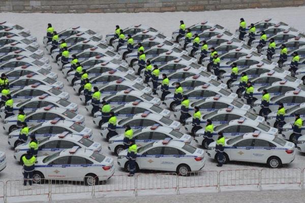 Евгений Куйвашев передал полицейским целую площадь новых спецмашин. ФОТО