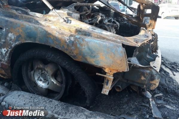 В Екатеринбурге ночью сгорела иномарка. Владелец авто обратился в полицию