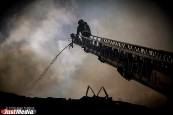 «Две пожарные машины, полицейские и много зевак». В Екатеринбурге в Академическом горит квартира в многоэтажке
