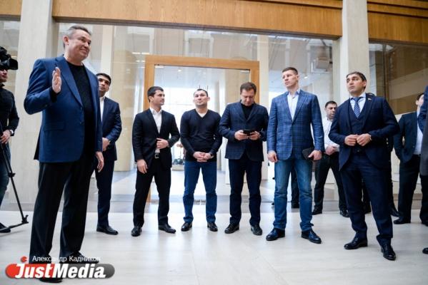 Олимпийские чемпионы по борьбе посетили екатеринбургский штаб Путина