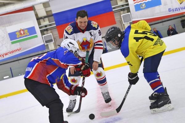 Куйвашев сыграл в хоккей на льду арены, построенной по поручению Путина. ФОТО