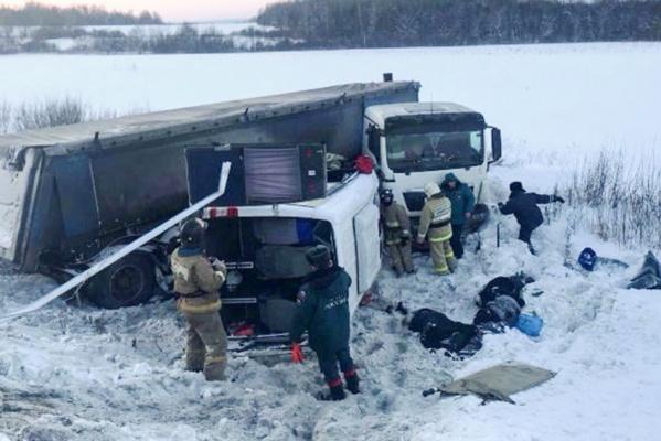 На трассе в Башкирии в страшном ДТП с фурой погибли девять пассажиров маршрутки. ФОТО