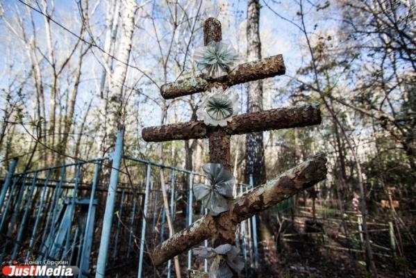 В Екатеринбурге смотритель трех городских кладбищ продавал бесплатные могилы