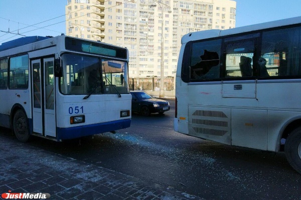 У Центрального стадиона автобус и троллейбус не поделили остановку. ФОТО