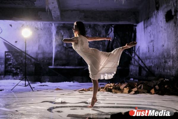 В Екатеринбурге фотографы заставили модель танцевать босиком на льду. ФОТО