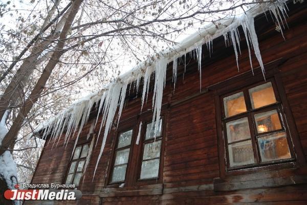 Мэрия напомнила екатеринбуржцам об ответственности за падение снега и льда с козырьков балконов