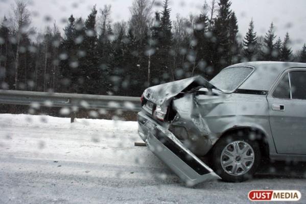Из-за сильных снегопадов в Свердловской области стали чаще биться машины
