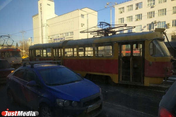 Из-за сломанного вагона в самом центре Екатеринбурга встали трамваи