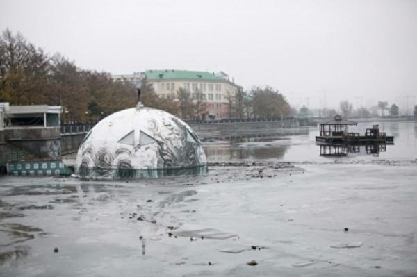 По решению суда с Городского пруда Екатеринбурга уберут малахитовую полусферу