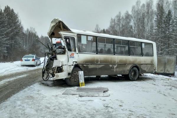 На Режевском тракте водитель автобуса убил себя, пойдя на обгон перед встречным грузовиком. ФОТО