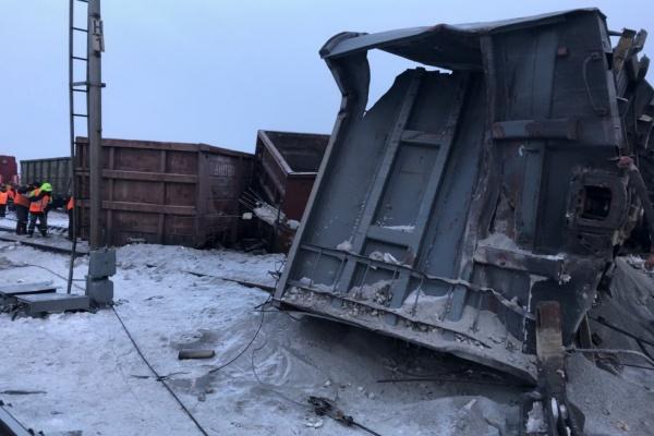 Под Первоуральском сошел с рельсов товарный поезд. Опрокинувшиеся вагоны с щебнем серьезно повредили рельсы. ФОТО