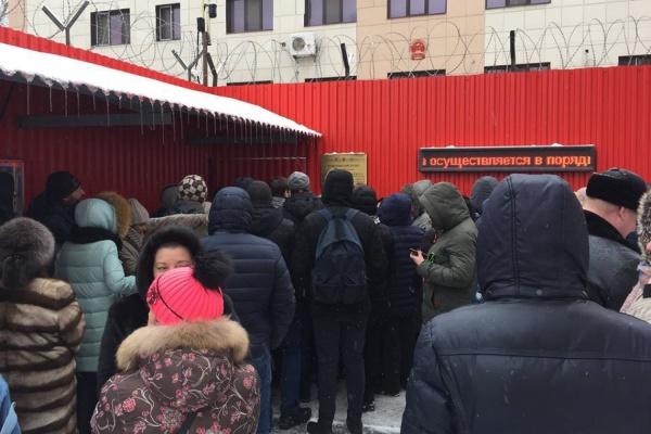 «Люди с понедельника стоят на морозе». Николай Коляда не смог попасть в Консульство КНР