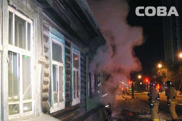 В Екатеринбурге на Московской сгорел нежилой деревянный дом
