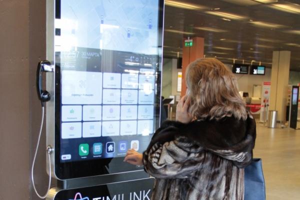 Сделать селфи и бесплатно позвонить: в Кольцово установили гигантские смартфоны с меню на пяти языках