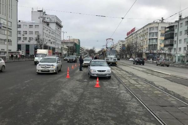 В центре Екатеринбурга две иномарки не поделили дорогу. Есть пострадавшие