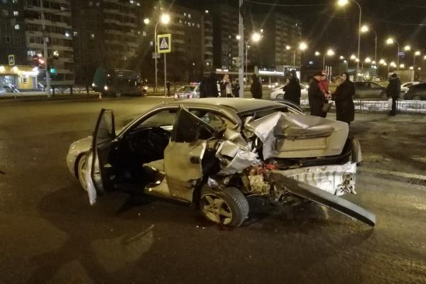 В Екатеринбурге пьяный водитель минивена протаранил на перекрестке легковушку