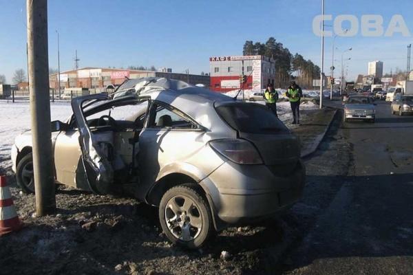На Сортировке Opel Astra врезался в столб
