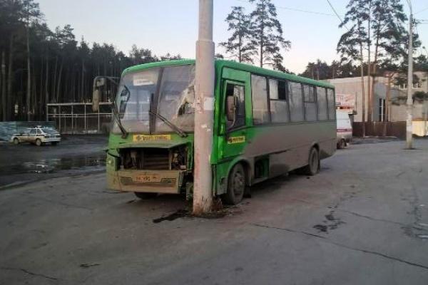 На Московском тракте автобус влетел в столб. Пострадали 9 пассажиров