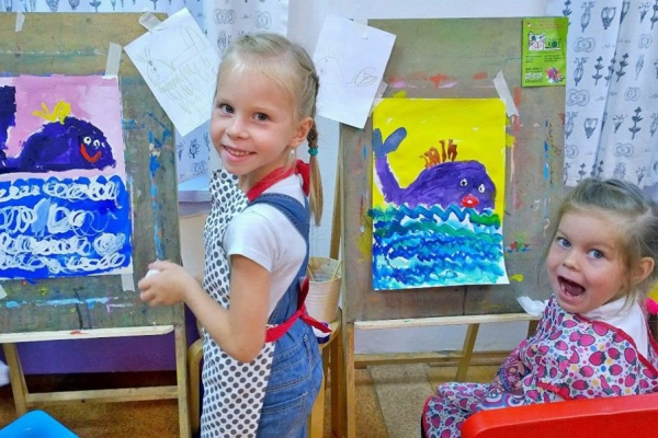 Более 1000 юных художников нарисовали самые красивые места в Екатеринбурге.