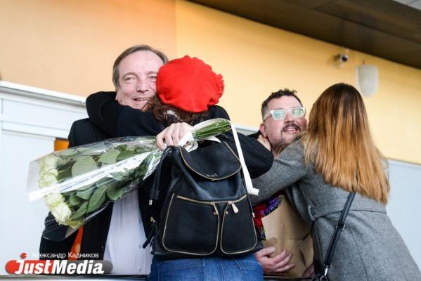 В Кольцово теплыми объятиями встретили екатеринбургских лауреатов «Золотой Маски». ФОТО