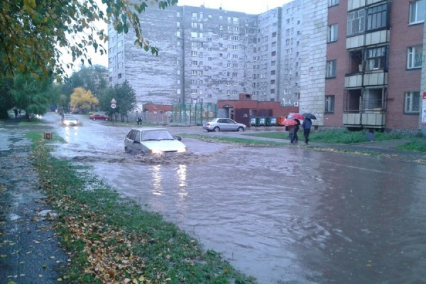 Несколько домов в центре Екатеринбурга остались без холодной воды из-за коммунальной аварии