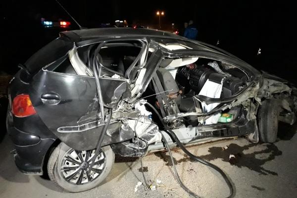 В Екатеринбурге водитель Peugeot въехал в ограждение моста. Погиб человек. ФОТО