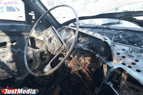 В Екатеринбурге на проспекте Ленина ранним утром сгорел Mitsubishi Lanсer