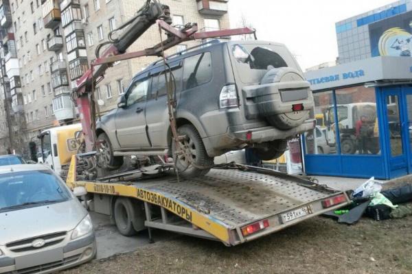 В Березовском за долг в 2 млн рублей перед банком приставы забрали у местного жителя Mitsubishi Pajero. ФОТО