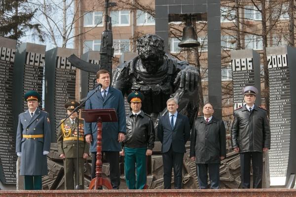 Евгений Куйвашев дал старт всероссийскому автопробегу в честь Дня Победы. Самому старшему участнику - 94 года