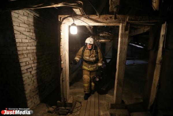 В Екатеринбурге в здании на Шарташской три пожарные машины тушили подвал