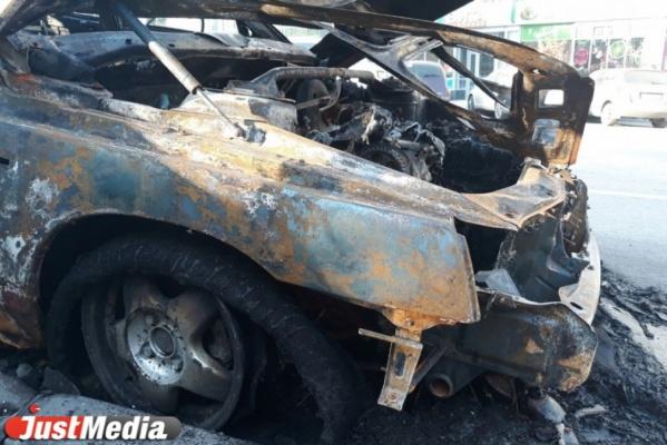 На Серовском тракте водитель иномарки влетел в дерево. Машина загорелась