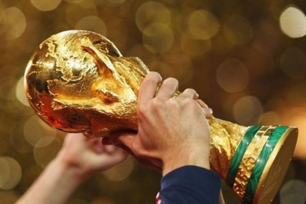 В Екатеринбург привезли Кубок ЧМ по футболу FIFA. Где и когда можно увидеть легендарный трофей