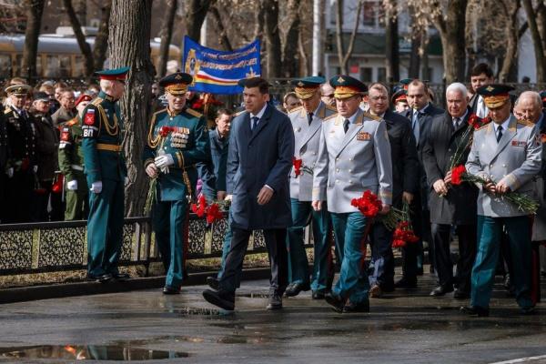 Евгений Куйвашев и Александр Лапин в преддверии Дня Победы возложили цветы к памятнику маршалу Жукову. ФОТО