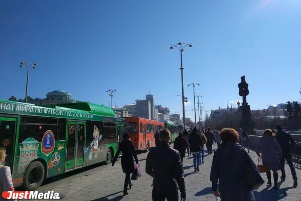 Центр Екатеринбурга встал в пробках из-за водителей, которые не читают новости. ФОТО