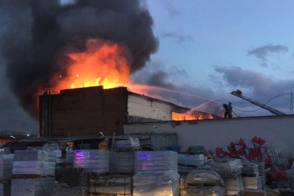 Два часа 50 пожарных и 17 машин тушили административное здание в Екатеринбурге. ФОТО