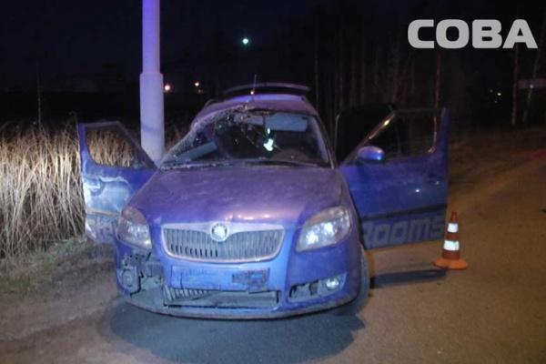 В Екатеринбурге Skoda, уходившая от полицейской погони, врезалась в столб. ФОТО