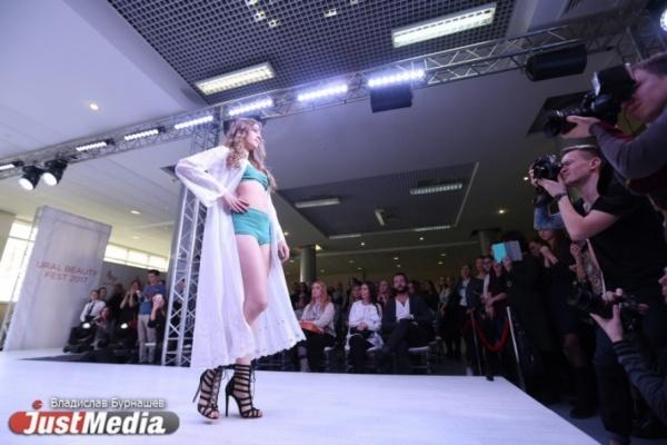 Екатеринбуржцам в переходе метро представят модные луки для работы, театра и ночного клуба