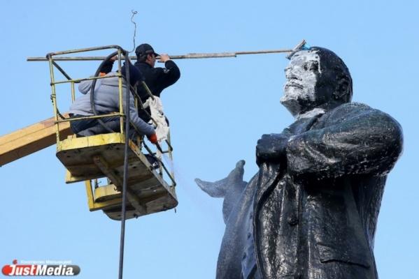 В Екатеринбурге временно демонтируют памятник Ленину