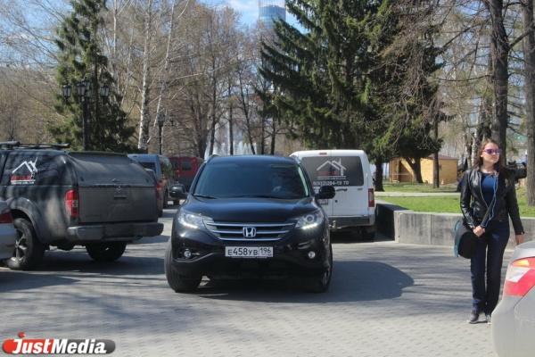 Инспекторы ГИБДД оштрафовали водителей, устроивших парковку в историческом сквере