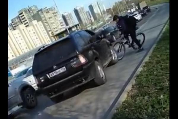 Делом наезда BMW на велосипедиста на велодорожке в Екатеринбурге занялась полиция. ВИДЕО