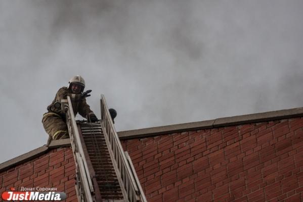 В Екатеринбурге из горящей десятиэтажки эвакуировали 17 человек