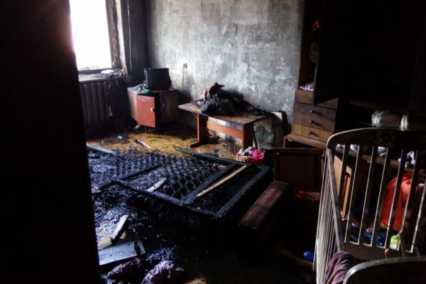 в Асбесте пожарные спасли из горящей квартиры четырех детей и их маму. Пострадала двухлетняя девочка. ФОТО