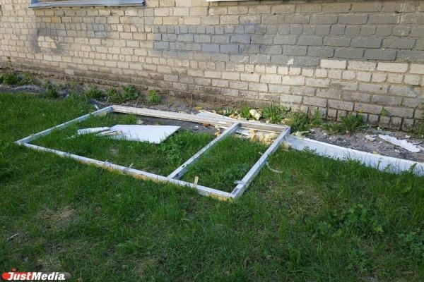 Жительница ВИЗа возмущена тем, что институт связи выбросил старую раму и строительный мусор на газон